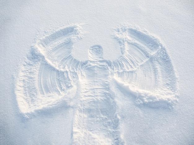Angelo della neve realizzato nel bianco della neve. vista dall'alto in piano.