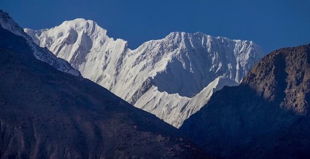 Vette innevate delle montagne hindu-kush. corridoio wakhan, tagikistan. viaggi in asia.