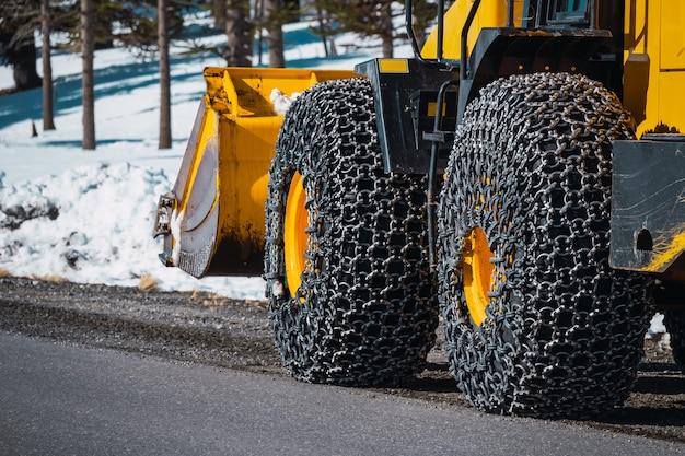 Catene da neve su macchine per la manutenzione stradale