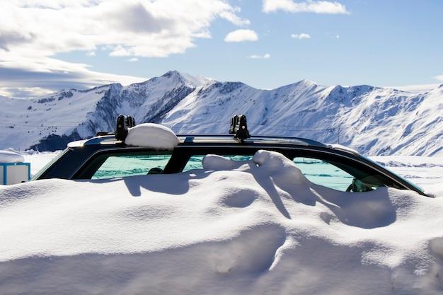 Vista auto innevata, auto nella neve. giorno e all'aperto.