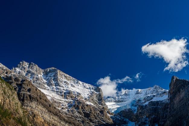 Cime maestose innevate con cielo blu scuro. valle dei dieci picchi. parco nazionale di banff, montagne rocciose canadesi, alberta, canada.