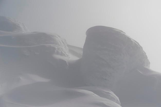 Montagna innevata circondata con nebbia, whistler, columbia britannica, canada