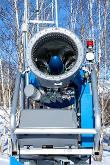 Pistola di neve alla stazione sciistica in inverno sulla kamchatka