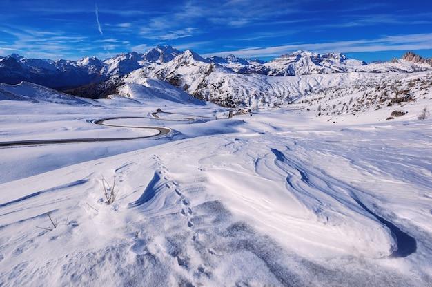 Paesaggio della neve di passo giau, dolomiti, italia