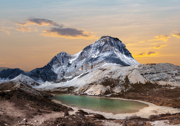 Snow mountain e five color lake (wuse hai) nella riserva nazionale di yading, contea di daocheng, provincia di sichuan, cina.