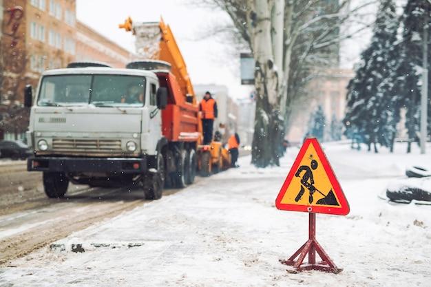 Lo spazzaneve rimuove la neve dalla strada cittadina.
