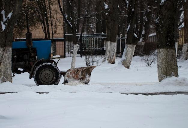 Spazzaneve che rimuove neve dalla strada di città