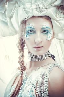 Regina delle nevi su sfondo bianco.