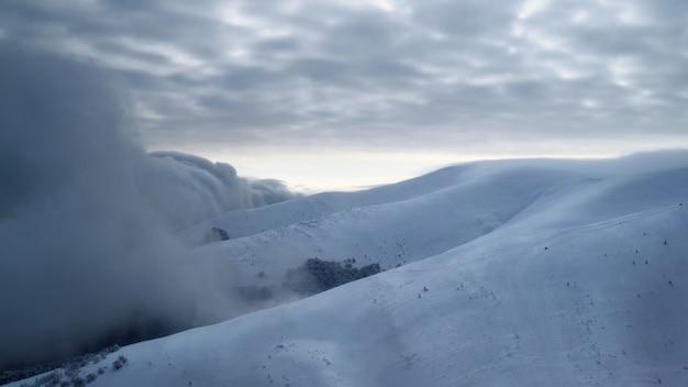 Tempesta di neve in una stazione sciistica. condizioni meteorologiche avverse.