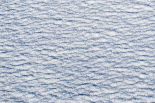 Texture della neve con tracce di agenti atmosferici, sfondo invernale
