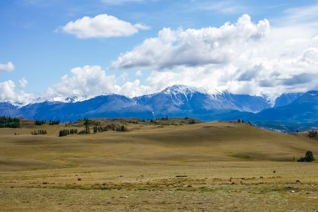 Parte superiore della neve nelle montagne della repubblica dell'altaj