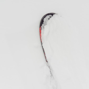 Snowboard sepolto nella neve, symphony amphitheatre, whistler, british columbia, canada