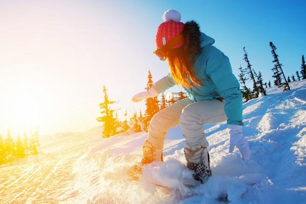 Snowboard girl sport invernali resort di montagna
