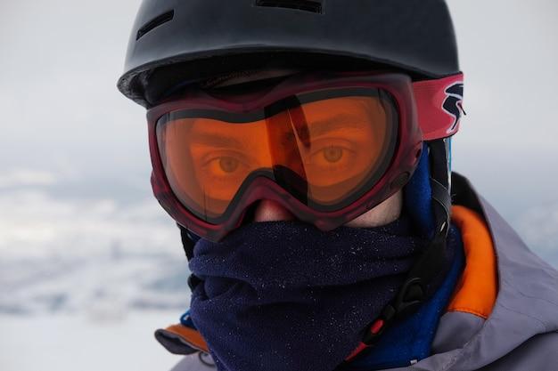 Snowboarder in un casco e occhiali protettivi