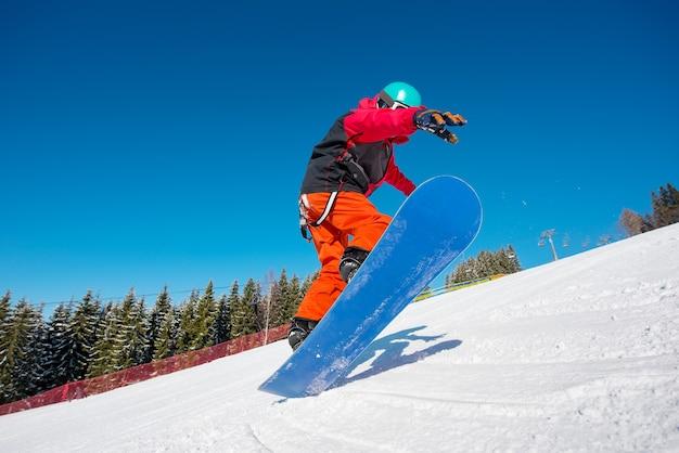 Snowboarder che salta nell'aria