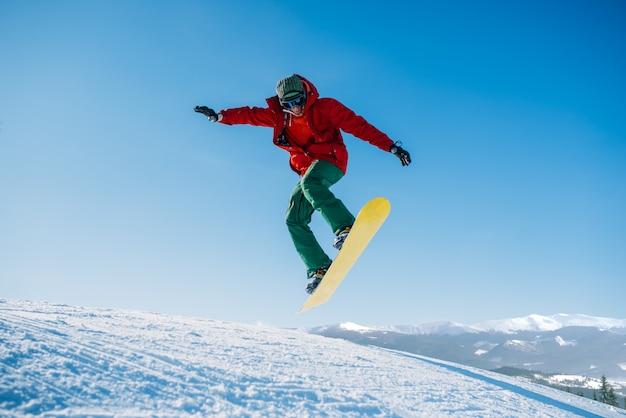 Lo snowboarder fa un salto sul pendio di velocità