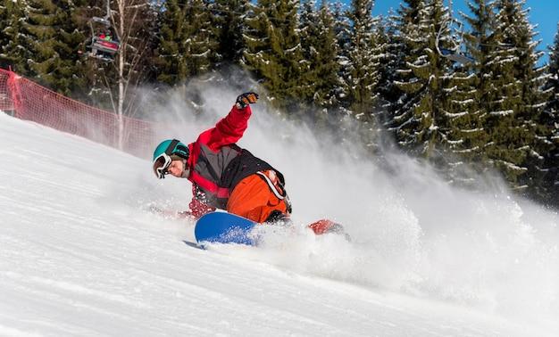 Snowboarder presso il resort in inverno