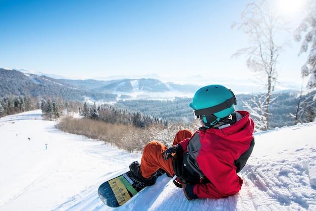 Snowboarder presso la stazione sciistica in inverno