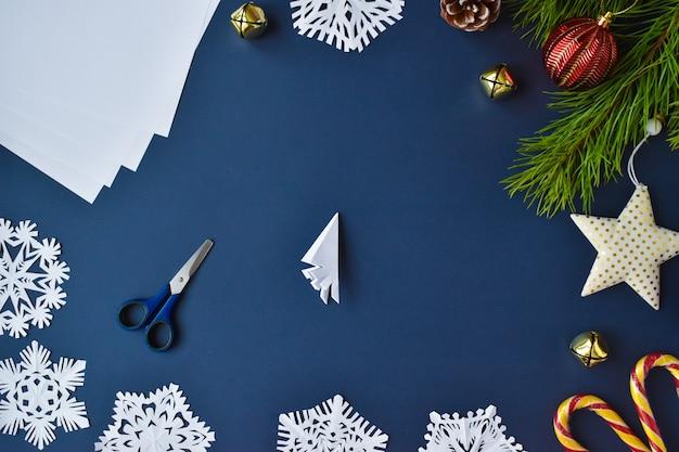 Il fiocco di neve è di carta. passaggio 7 foglio singolo.