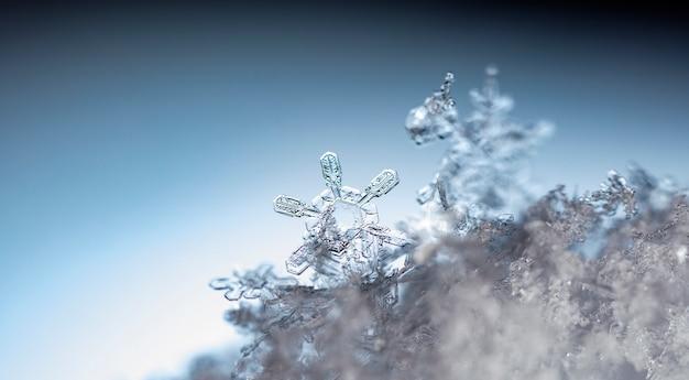 Fiocco di neve sul cumulo di neve naturale vicino a natale e sfondo invernale