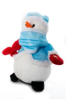 Pupazzo di neve che indossa una maschera protettiva blu medica