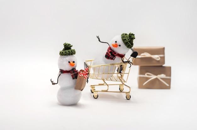 I pupazzi di neve stanno acquistando regali per natale.
