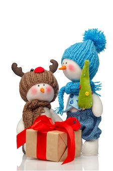 Pupazzi di neve e regalo isolato su bianco.