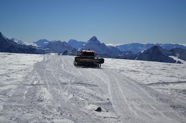 Lo spazzaneve in montagna pulisce la strada dalla neve