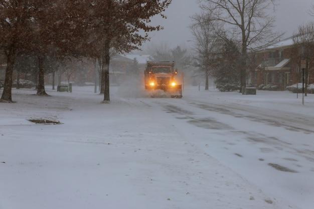 Spazzaneve che rimuove la neve dalla strada di città