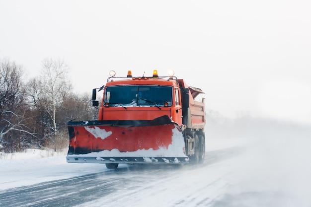 Spazzaneve che lavora nella tempesta di neve invernale