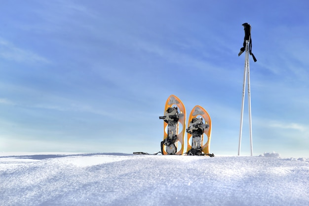Racchette da neve e bastoni sulla neve