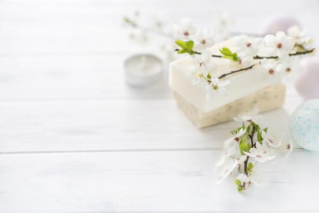 Bandiera di sapone. sapone naturale aromatico con fiori e bomba da bagno su sfondo bianco, primo piano