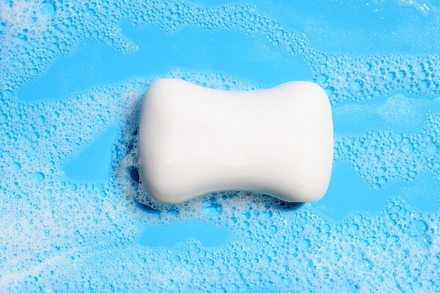 Saponetta in schiuma su superficie blu