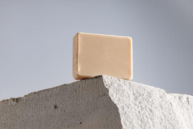 Barra di sapone sulla fine grigia del blocco di scorie