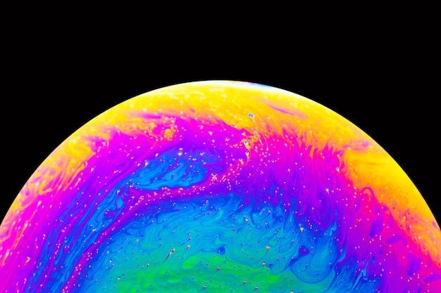 Bolla di sapone da vicino macro astrazione e imitazione del pianeta. sfondo astratto con colori sfumati colorati.