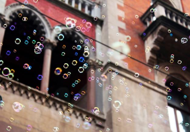 Bolle di sapone in strada sulla superficie dell'edificio a istanbul, turchia