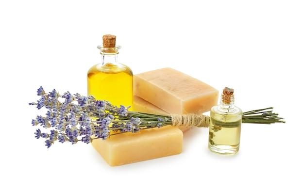 Sapone, olio essenziale per spa e bella lavanda su sfondo bianco