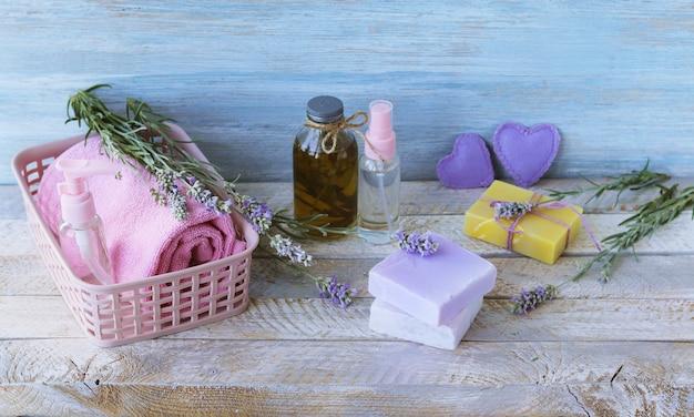 Sapone, fiori di lavanda, spray, olio aromatico per la cura del corpo, spa, cosmetici naturali