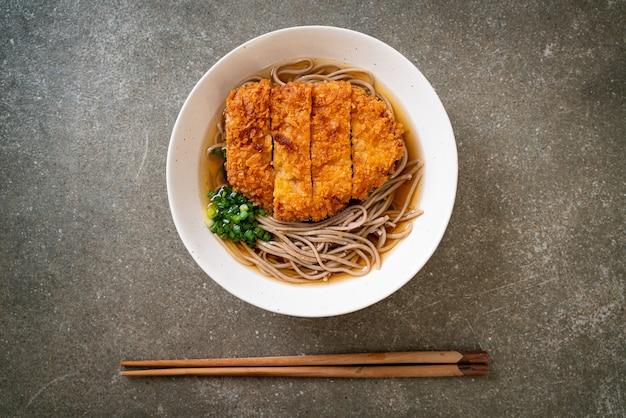 Tagliatella di ramen di soba con cotoletta di maiale fritta giapponese (tonkatsu) - stile di cibo asiatico