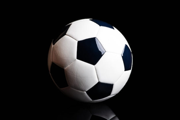 Pallone da calcio isolato sul nero