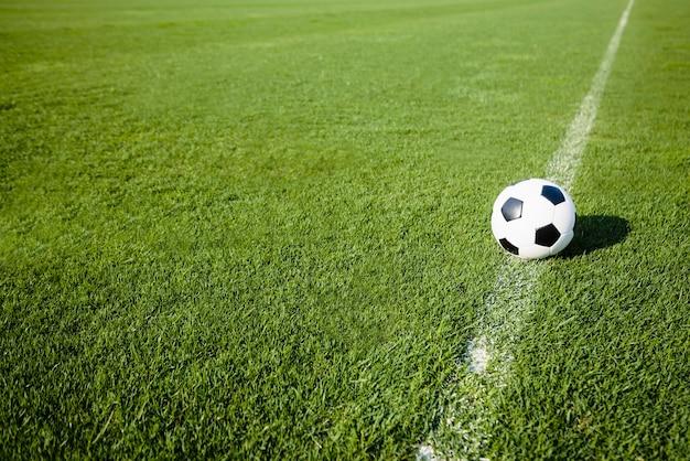 Pallone da calcio sulla linea bianca