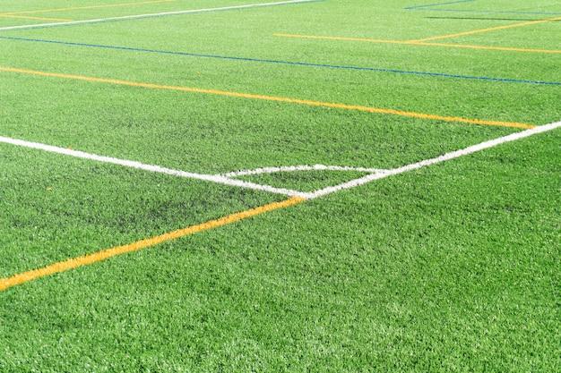 Campo da calcio con un nuovo campo in erba sintetica