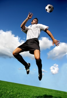 Giocatore di calcio o di calcio in posizione acrobatica