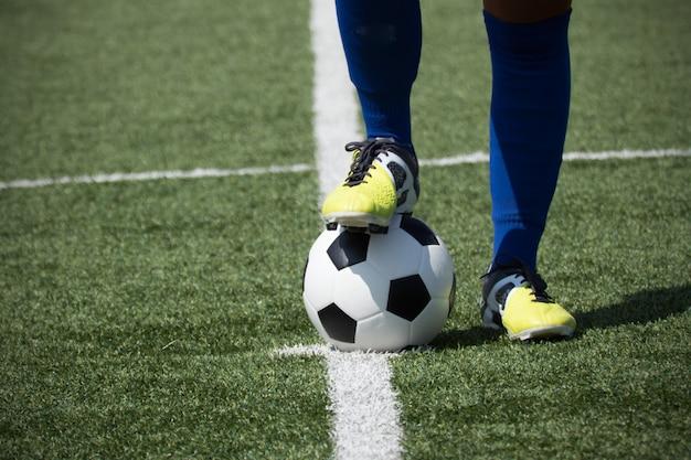 I piedi del calciatore sulla palla