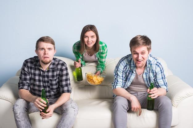 Concetto di coppa del mondo di calcio - gruppo di amici che guardano lo sport insieme