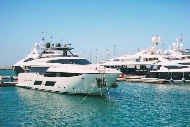 Sochi, russia - 5 agosto 2019. porto marittimo con yacht ormeggiati