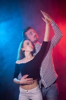 Concetto di ballo sociale, kizomba, salsa e semba - giovane bella coppia che balla bachata o salsa