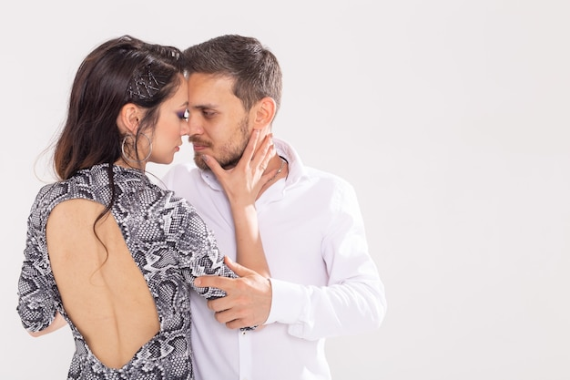 Danza sociale, kizomba, tango, salsa, concetto di persone - belle coppie che ballano bachata su bianco