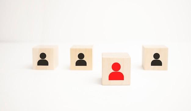 Distanza sociale covid-19, gestione delle risorse umane e concetto di business di reclutamento. i blocchi cubici di legno sono diversi con icone umane, folle rosse e prominenti