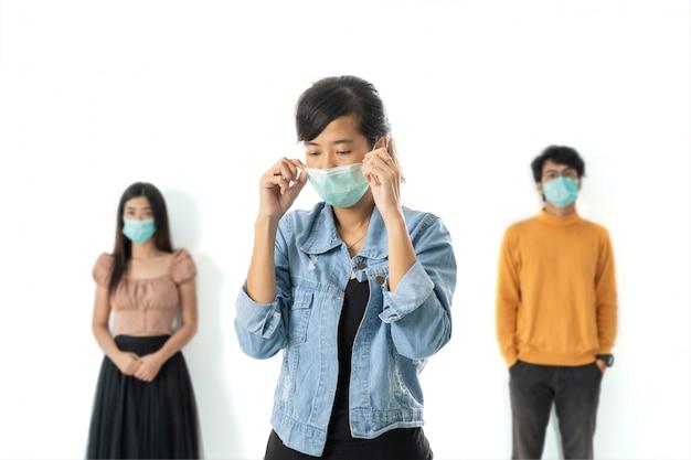 Distanza sociale. donna malata indossando maschere per il viso